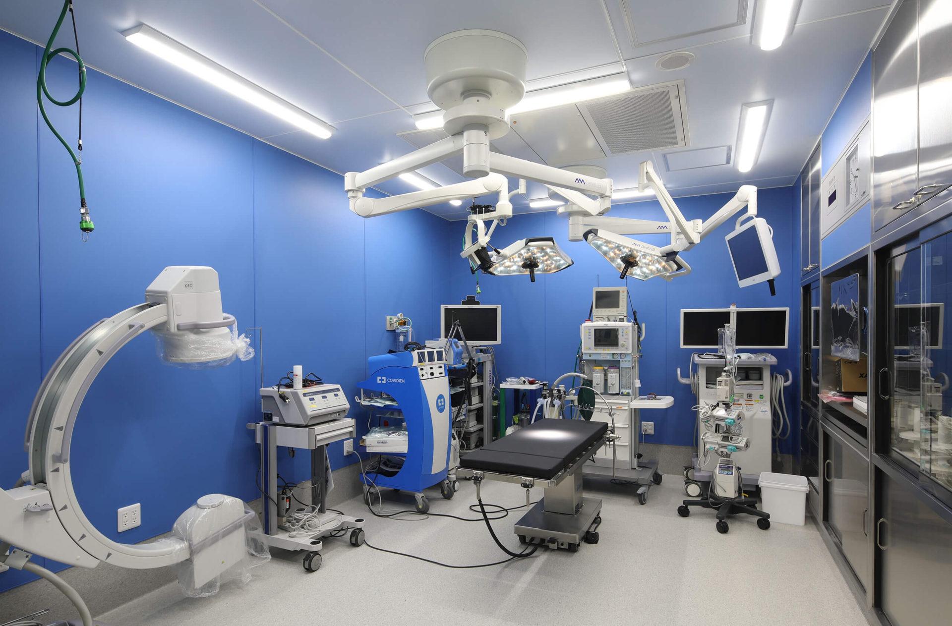 犬猫専門二次診療対応の動物病院なら【たぐち動物病院付属動物医療センター】陽圧手術室|滅菌体制が整った、大学病院並の広さのある手術室と先進機器を完備